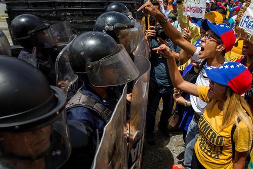 تظاهرات مخالفان حکومت ونزوئلا با درخواست برگزاری رفراندوم درباره تعیین تکلیف ادامه ریاست جمهوری نیکولاس مادورو رییس جمهور – کاراکاس