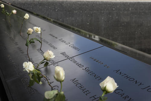 گذاشتن گل روی بنای یادبود نام قربانیان حوادث 11 سپتامبر – نیویورک
