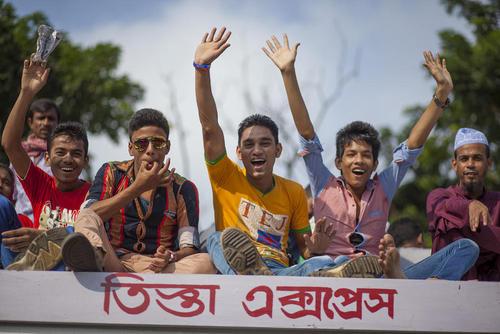 بازگشت کارگران مسلمان بنگلادشی به خانه هایشان برای گذراندن تعطیلات یک هفته ای عید قربان. این کارگران روی سقف قطار نشسته اند – ایستگاه راه آهن داکا