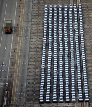 پارک خودروهای تازه وارداتی در ترمینالی در سنگاپور