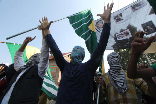تظاهرات جوانان کشمیری علیه خشونت پلیس هند