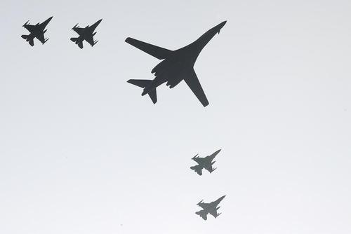 پرواز بمب افکن اتمی آمریکا با اسکورت چهار جنگنده ارتش کره جنوبی در منطقه نزدیک مرز کره شمالی