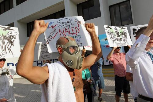 اعتراض شهروندان شهر میامی ایالت فلوریدا آمریکا به افشاندن آفت کش ها برای مبارزه با پشه های حامل ویروس زیکا . معترضان می گویند این سموم برای مردم ضرر دارد