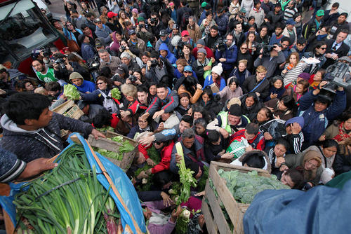 اعتراض کشاورزان آرژانتینی به اعتبارات دولتی خرید زمین . مردم از اعتراض این کشاورزان که در حال توزیع مجانی محصولاتشان هستند استقبال کردند