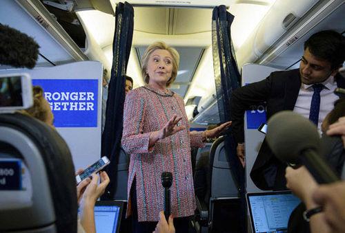هیلاری کلینتون در جمع خبرنگاران در هواپیما