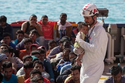 عملیات امداد و نجات پناهجویان در سواحل ایتالیا