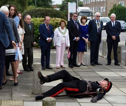 به زمین خوردن یکی از اعضای گارد تشریفات هنگام بازدید کاترین اشتون همسر نوه ملکه بریتانیا از شهر بارلو