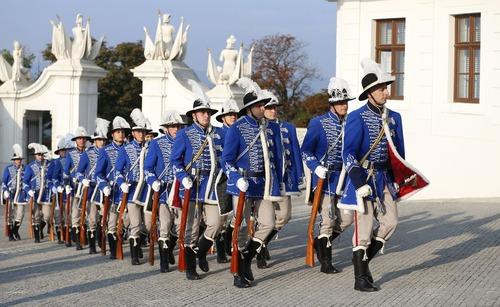 گارد تشریفات و استقبال از رهبران اروپایی در نشست اخیر آنها در شهر براتیسلاوا اسلواکی