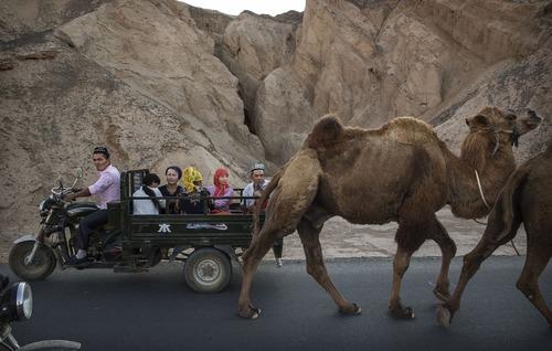جاده ای در منطقه اویغور نشین چین