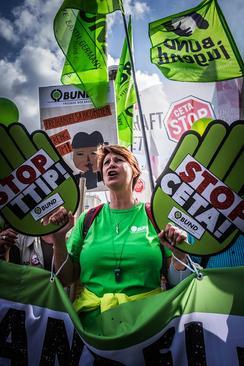 تظاهرات بر ضد قرارداد همکاری اقتصادی ترنس آتلانتیک در اشتوتگارت آلمان
