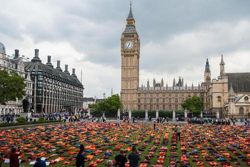 چیدن 2500 جلیقه نجات پناهجویان در مقابل ساختمان پارلمان بریتانیا در لندن