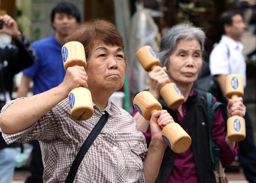 مراسم روز ملی سالمندان در معبدی در توکیو ژاپن . ژاپن بیش از 65 هزار شهروند بالای 100 سال دارد