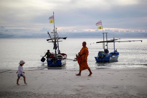 راهپیمایی یک راهب بودایی در ساحل جزیره