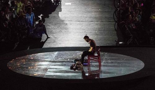 نواختن گیتار با پا در مراسم اختتامیه پارالمپیک