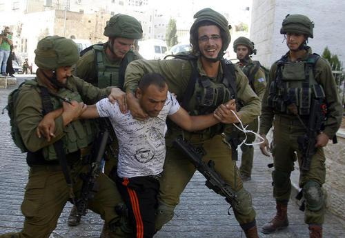 دستگیری فلسطینی ها از سوی سربازان اسراییل در شهر هبرون در کرانه باختری رود اردن