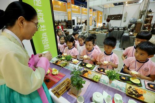 بازدید کودکان از نمایشگاه بین المللی چای در سئول