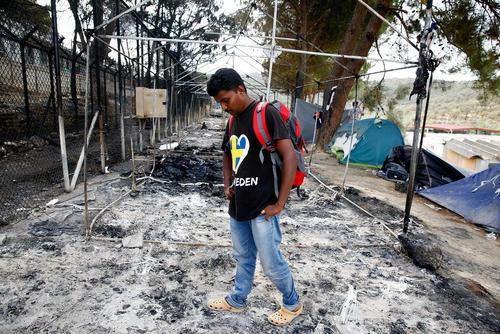 خاکسترهای به جا مانده از اردوگاه اسکان پناهجویان در جزیره لسبوس یونان . آتش سوزی در اثر درگیری گروه های پناهجو با یکدیگر به وجود آمد