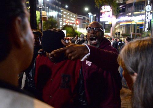 ادامه ناآرامی ها و تظاهرات در شهر شارلوت در ایالت کارولینای شمالی آمریکا در اعتراض به رفتار خشن و تبعیض آمیز پلیس با سیاه پوستان