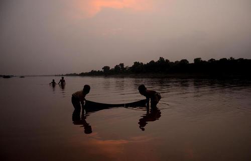 ماهیگیران کوچک در دریاچه راوی در لاهور پاکستان