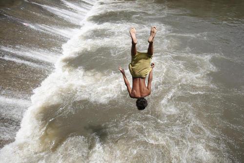 شیرجه به داخل رودخانه باگماتی در کاتماندو نپال