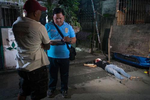 پلیس فیلیپین در صحنه قتل یک مظنون به قاچاق مواد مخدر در شهر توندو