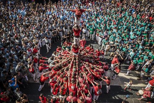 تشکیل هرم انسانی در جریان جشنواره سنتی
