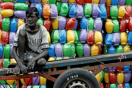 فروشنده دوره گرد کوزه های پلاستیکی در شهر کلمبو سریلانکا