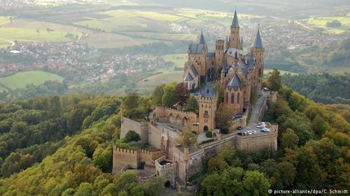 قلعه هوهنتسولرن (Hohenzollern) در ایالت بادن وورتمبرگ قرار داد و مقر خاندان سلطنتی پروس و همچنین دوکهای هوهنتسولرن بوده است. این قلعه در ارتفاع ۸۵۵ متری واقع است و بر حسب شرایط جوی میتواند چهره و نمایی رویایی به خود بگیرد. قلعه هوهنتسولرن از جذابیتهای توریستی مهم در ایالت بادن وورتمبرگ محسوب میشود.