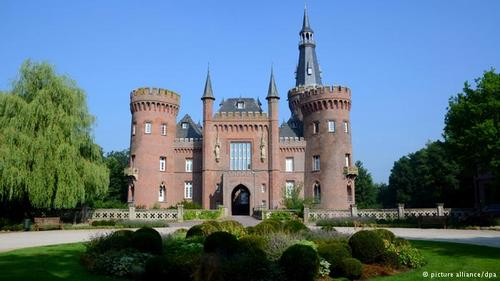 قصر رومانتیک مویلند (Moyland) در ایالت نوردراین وستفالن از برجهایی کوچک و بالکنهای زیبای برخوردار است و ثبت نام آن در اسناد تاریخی به سال ۱۳۰۷ میلادی برمیگردد. این قصر در طول سدههای گذشته چند بار تغییر یافت و حتی تخریب شد تا اینکه در سال ۱۹۸۷ مورد بازسازی قرار گرفت و امروز مکانی است برای نمایش آثار هنر معاصر.