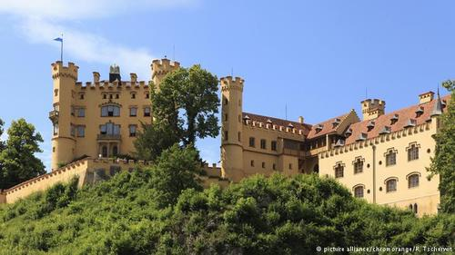 نام قصر هوهنشوانگائو (Hohenschwangau) در اسناد تاریخی قرن دوازدهم میلادی به چشم میخورد. این قصر در سال ۱۸۳۲ میلادی به دستور ماکسیمیلیان، ولیعهد بایرن بازسازی شد و به شکل امروزی خود درآمد. لودویگ دوم، پادشاه معروف بایرن دوران نوجوانی خود را در این قصر گذراند.