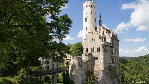 قصر لیشتنشتاین (Lichtenstein)، واقع در ایالت بادن وورتمبرگ بر روی صخرهای مرتفع و شیبدار ساخته شده و از دور به نظر میرسد که تنها از طریق پل میتوان به درون آن راه یافت. این قلعه در قرون وسطا به تسخیرناپذیری شهرت داشت. این قصر در گذر زمان اهمیت خود را از دست داد و تخریب شد. در سال ۱۸۳۷ مورد بازسازی قرار گرفت و تا به امروز شکل خود را حفظ کرده است.