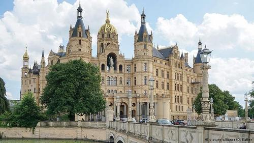 قصر شورین (Schwerin)، بر جزیرهای در دل شهر شورین قرار دارد و امروز مقر مجلس ایالتی مکلنبورگ فورپومرن است. این قصر قرنهای متمادی اقامتگاه دوکها و دوکهای بزرگ مکلنبورگ فورپومرن بود. شکل امروزی این قصل حاصل بازسازیی است که در بین سالهای ۱۸۴۵ تا ۱۸۵۷ میلادی انجام گرفت.