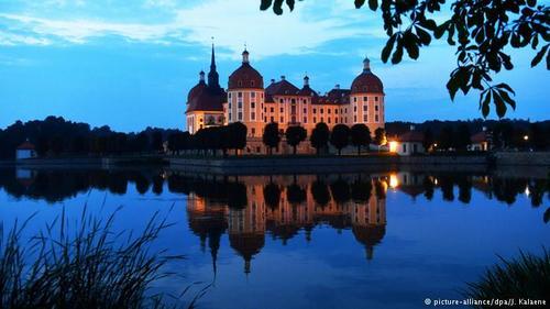 قصر موریتسبورگ (Moritzburg) که در سال ۱۵۴۲ میلادی به دستور موریتس، دوک زاکسن ساخته شده، در نزدیکی شهر تاریخی درسدن قرار دارد. این قصر در آغاز به سبک معماری رنسانس ساخته شده بود و بعدها معماری آن به سبک باروک تغییر یافت. قصر موریستبورگ به خاطر نقشی که آب در معماری آن بازیمیکند، یکی از آثار تماشایی و جذاب ایالت زاکسن به شمار میرود.