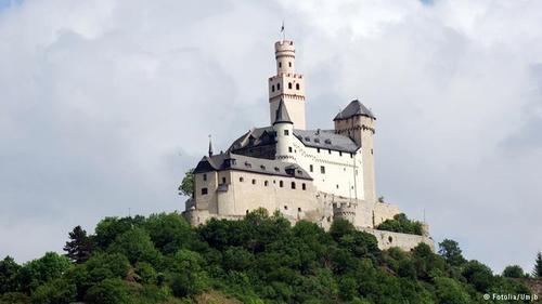 مارکزبورگ (Marksburg) بر بلندیهای شهر براوباخ آلمان قرار دارد. گفته میشود که این قلعه در اوایل قرن ۱۲ میلادی ساخته شده است. مارکزبورگ که هیچگاه آسیبی ندیده، بلندترین قلعه منطقه میانی راین به حساب میآید. این قلعه و معماری آن بهخوبی حفظ شده است.