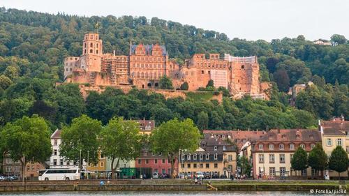قصر هایلدبرگ (Heidelberg) که جذابترین اثر تاریخی این شهر است، شهرتی جهانی دارد و از نمادهای سبک رومانتیسم در آلمان محسوب میشود. این قصر زیبا بر تپههای بلند واقع شده و بیش از پنج قرن مقر دوکهای منطقه فالتس آلمان بوده است.