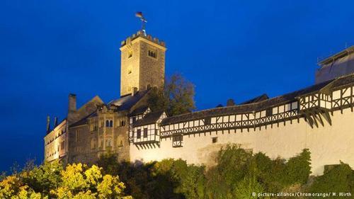 واتبورگ (Wartburg) از لحاظ تاریخی یکی از مهمترین قلعههای آلمان است. این قلعه در سال ۱۰۶۷ میلادی در شهر آیزناخ در ایالت شرقی تورینگن ساخته شد و در سال ۱۵۲۱ گریزگاه مارتین لوتر، کشیش اصلاحطلب آلمانی شد که مورد غضب قیصر آلمان قرار گرفته بود. لوتر در همین قلعه انجیل را به زبان آلمانی ترجمه کرد. وارتبورگ از سال ۱۹۹۹ از طرف یونسکو به عنوان میراث فرهنگی جهان شناخته شد.