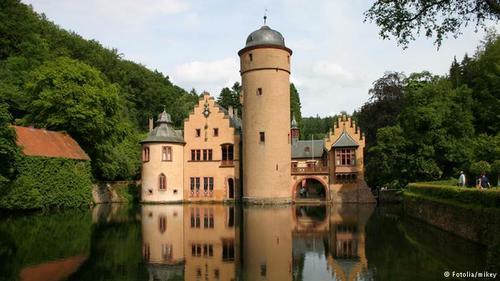 قصر مسپلبرون (Mespelbrunn) در درهای در منطقه جنگلی میان فرانکفورت و وورتسبورگ قرار دارد. موقعیت دورافتادهی این قصر سبب شده که در گذر زمان دستخوش تخریب نشود و چهره و نمای خود را حفظ کند. این قصر چنان در نزدیک آب قرار دارد که ببینده آن را قصری شناور میپندارد.