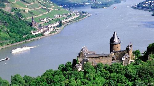 قلعه اشتالک (Stahleck) واقع در ایالت راینلد فالتس در اواخر قرن یازدهم میلادی ساخته شد و در دل جنگلهایی زیبا قرار دارد. این قلعه در طول قرنهای گذشته بارها تخریب شد و مورد بازسازی قرار گرفت. بخشی از این قلعه امروزه به عنوان مسافرخانهای برای جوانان گردشگر استفاده میشود.