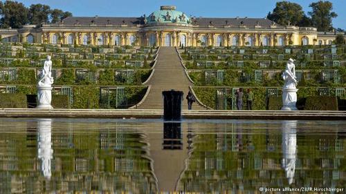 قصر معروف و دیدنی سانسوسی در براندنبورگ در شرق آلمان قرار دارد و قصر محبوب فریدریش کبیر بوده است. این قصر در قرن هجدهم میلادی به سبک روکوکو ساخته شد و قصر تابستانی بسیار مجلل و باشکوهی است. قصر سانسوسی به خاطر زرق و برقش به
