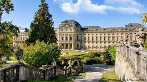رزیدنتس ورتسبورگ (Würzburger Residenz) قصری به سبک باروک است. ساختن این قصر در سال ۱۷۱۹ میلادی آغاز شد و در سال ۱۷۴۴ به اتمام رسید. این قصر که از باغهای زیبایی نیز برخوردار است، در فهرست میراث فرهنگی یونسکو نیز به ثبت رسیده است.