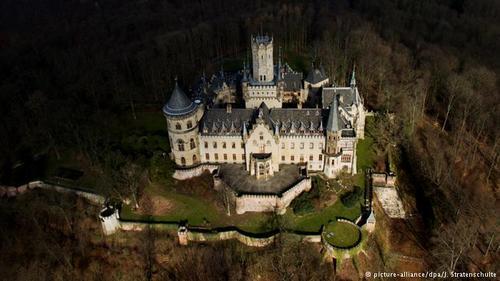 قصر مارینبورگ (Marienburg) که معماری آن به سب نئوگوتیک است، در بین سالهای ۱۸۵۸ و ۱۸۶۹ میلادی احداث شد و زمانی محل سکونت ملکه هانوفر بود. قصر مارینبورگ از قصرهای بسیار مجلل در آلمان محسوب میشود.