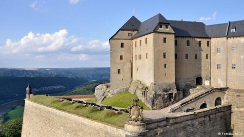 قلعه کونیگاشتاین (Königstein) واقع در نزدیکی روز الب قرار دارد و یکی از بزرگترین قلعههای اروپا محسوب میشود و در طول تاریخ هرگز تسخیر نشد.