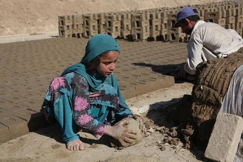 کار کودکان در کارگاه تولید آجر در کابل