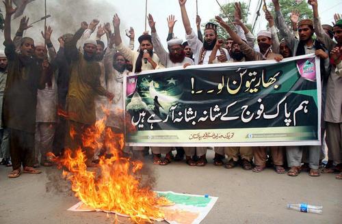 تظاهرات اسلامگرایان پاکستانی و آتش زدن پرچم هند در اعتراض به سرکوب اعتراضات مسلمانان کمشیر - لاهور