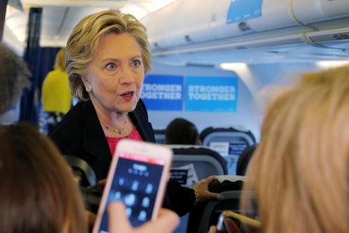 هیلاری کلینتون در هواپیمای ویژه کمپین انتخاباتی و در حال گفت و گو با خبرنگاران مستقر در هواپیما