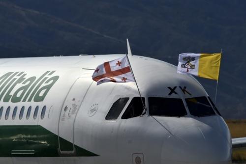 فرود هواپیمای حامل پاپ در فرودگاه تفلیس پایتخت گرجستان - خبرگزاری فرانسه