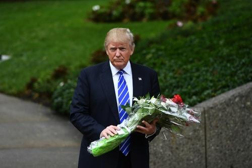 حضور دونالد ترامپ کاندیدای انتخابات ریاست ایالات متحده آمریکا در محل قبر جرالد فورد رئیس پیشین ایالات متحده آمریکا در ایالت میشیگان - خبرگزاری فرانسه