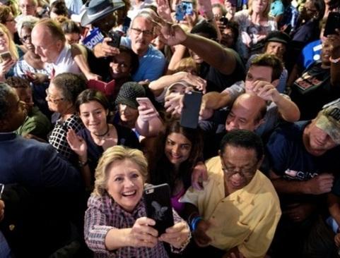 عکس سلفی گرفتن هیلاری کلینتون کاندیدای انتخابات ریاست ایالات متحده امریکا با هوادارانش در تجمع تبلیغاتی در ایالت فلوریدا - خبرگزاری فرانسه