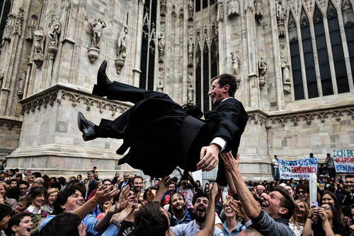 واکنش دوستان به ترفیع درجه یک کشیش در کلیسای جامع شهر میلان ایتالیا