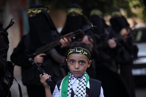 رژه زنان مسلح عضو جنبش جهاد اسلامی فلسطین در نخستین سالگرد قیام الاقصی – غزه